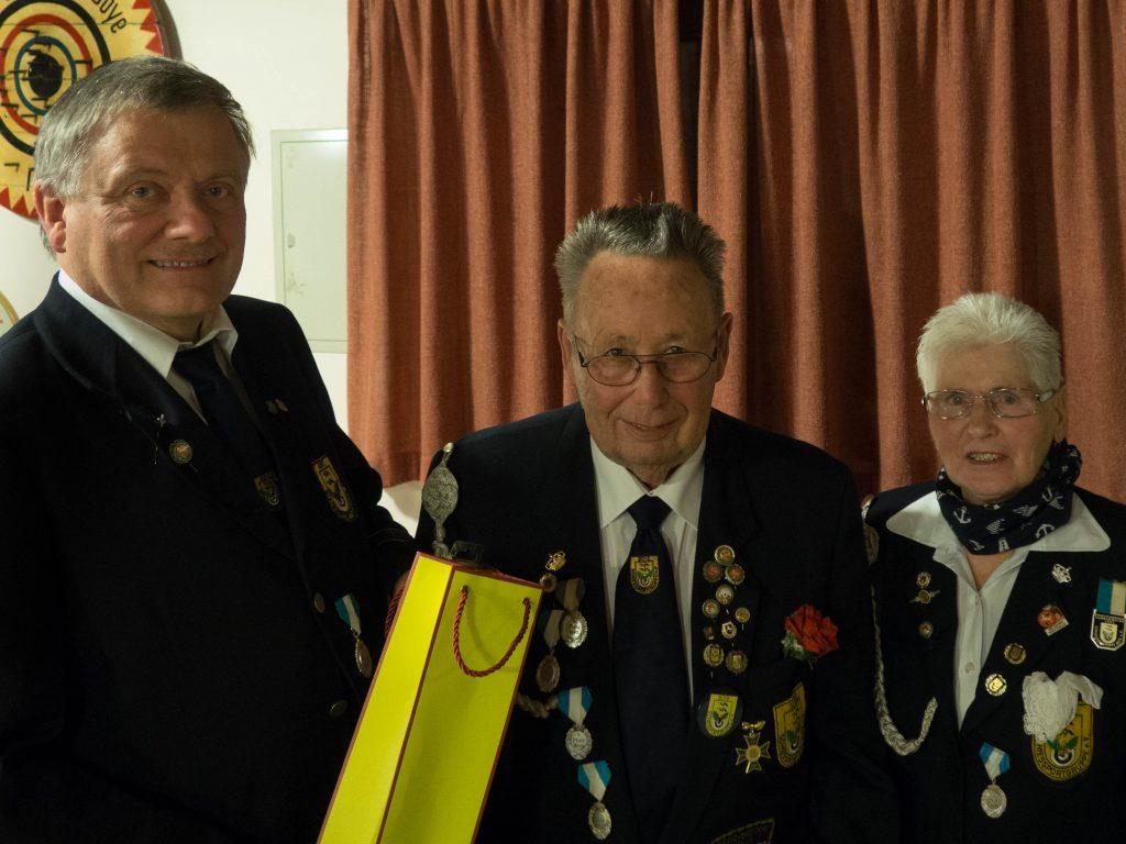 der 1. Vorsitzende Ole Agergaard sowie der geehrte, langjährige Schatzmeister Wolfgang Helms und seine stolze Frau  Helma Helms